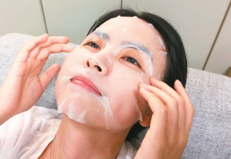 Apply-mask-skin-care